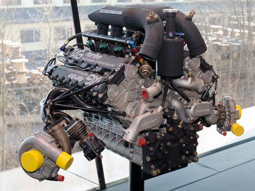 O conjunto completo do motor, com os turbocompressores, mas sem os trocadores de calor ar-ar, em um pedestal no Museu da Porsche