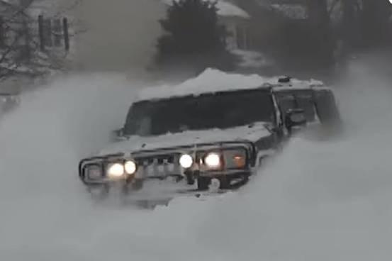 Hummer H2 καλύτερο από το snowplow (+ βίντεο)