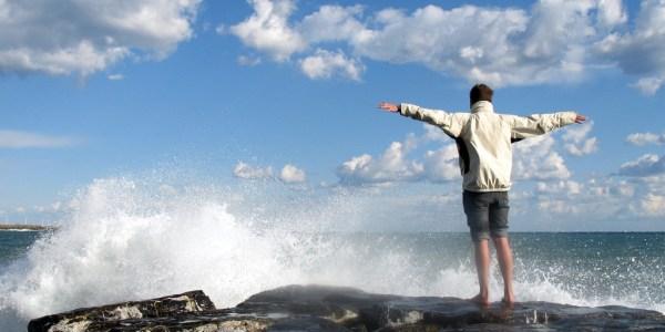 Un homme au bord de la mer