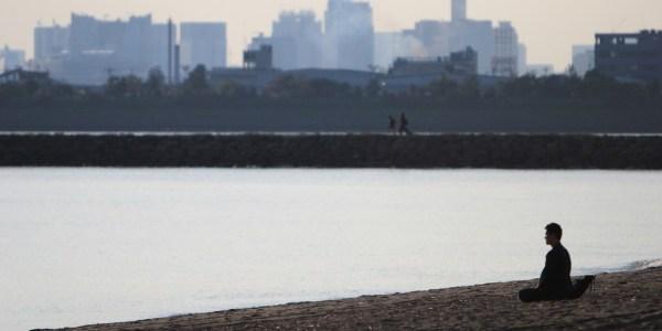 Un homme se relaxe sur une plage en ville.