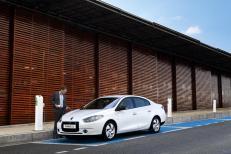 La Renault Fluence ZE branchée sur une borne en voirie