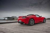 Une Tesla Roadster rouge de l'arrière