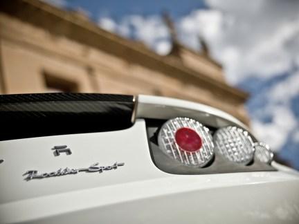 Le phare arrière d'une Tesla Roadster blanche