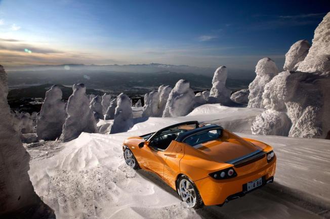Le soleil brille sur la Tesla Roadster en orange