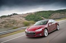 L'avant d'une Tesla Model S en rouge