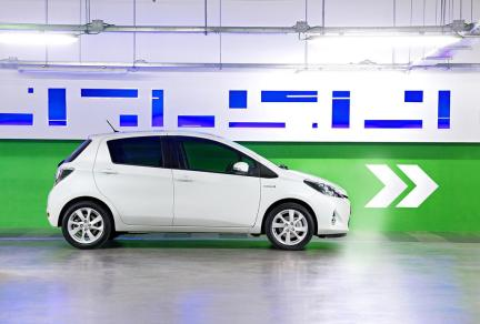 Une version blanche de la Toyota Yaris Hybride