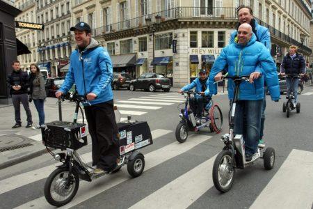 Philippe Croizon et l'équipe Hello Hydrogène dans paris