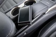 A l'intérieur, le NX 300h propose une recharge des téléphones mobiles par induction