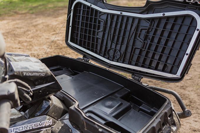 Если откинуть крышку пластикового кофра над передней осью, получится весьма вместительный багажник, куда вы сможете запихнуть уйму всякой походной всячины общим весом 55 кг