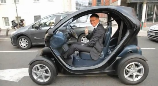 renault carlos tavares en twizy dans paris automotive marketing. Black Bedroom Furniture Sets. Home Design Ideas