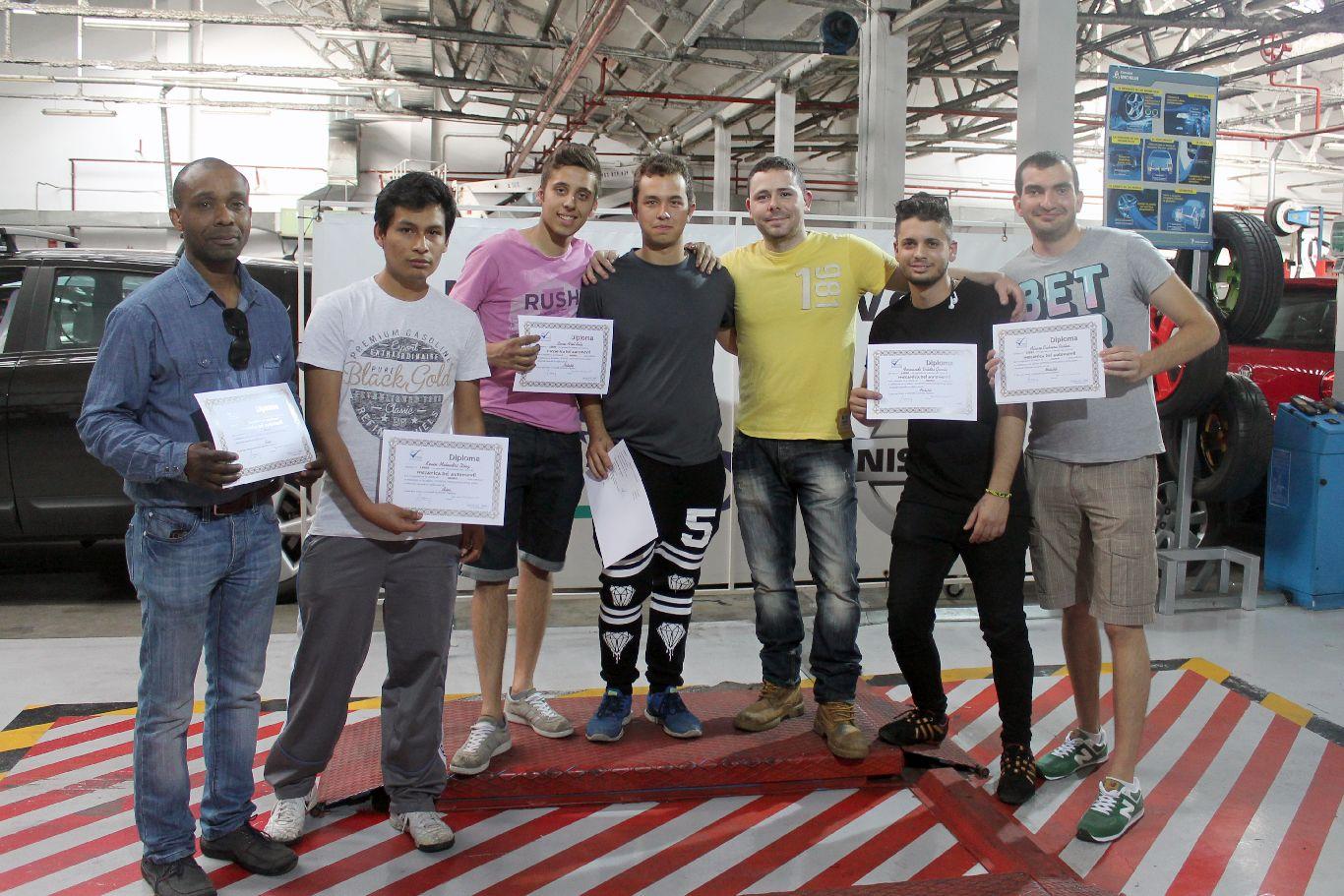 Entrega de diplomas del curso de mecánica y chapa y pintura