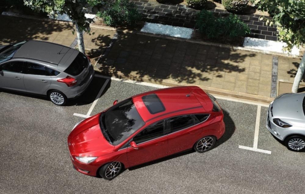 5 trucos para evitar dañar la chapa del coche cuando aparcas