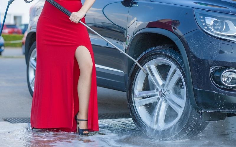 ¡No laves tu coche con agua a presión, es peligroso!