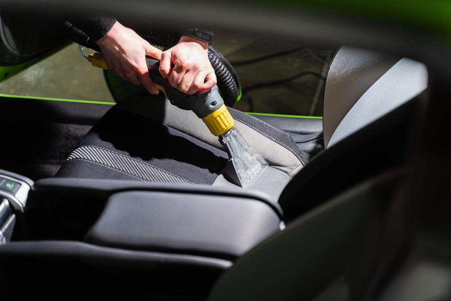 Cómo limpiar la tapicería del coche y dejarla impecable