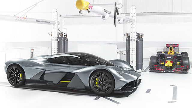 Aston Martin AM-RB 001 s cosworthovim 6,5-litrenim V12