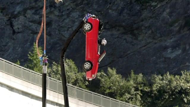Britanski Top Gear snimio bungee skok – automobilom