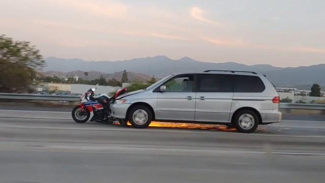 Jurio autocestom s motociklom zaglavljenim pod autom