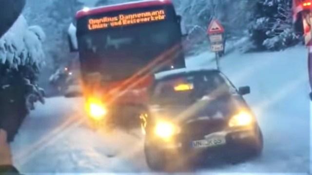 """""""Svemogući"""" Golf 3 povukao autobus uzbrdo po zaleđenoj cesti"""
