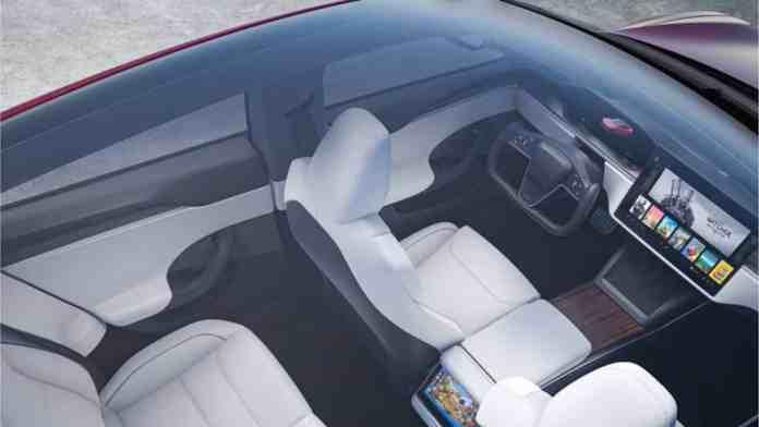 Tesla's crazy new steering wheel, a full-blown danger
