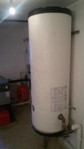 Acumulador de agua en una instalación de calefacción