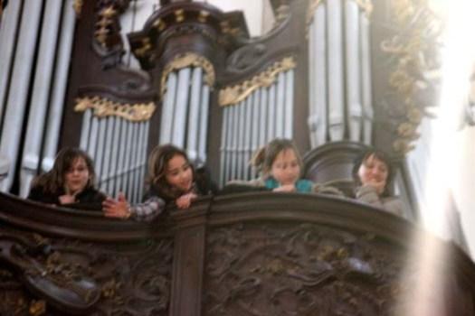 Des anges gardent l'orgue majestueuse.