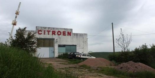 Un vieux garage Citroën, à la sortie de Brinon-Sur-Beuvron ; ne tombez pas en panne ici, ils ne pourront rien pour vous...