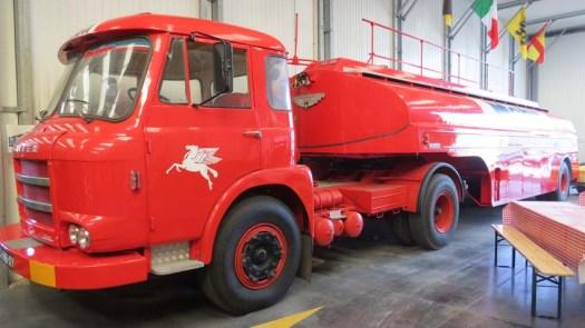 SAVIEM JL 20 de 1962 et semi-remorque FRUEHAUF 22000 litres de 1958: Véhicule tracteur en cours de rénovation. Il a été utilisé dans les Hautes-Alpes comme tracteur de porte-chars. La semi-remorque provient de l'aéroport du Bourget.