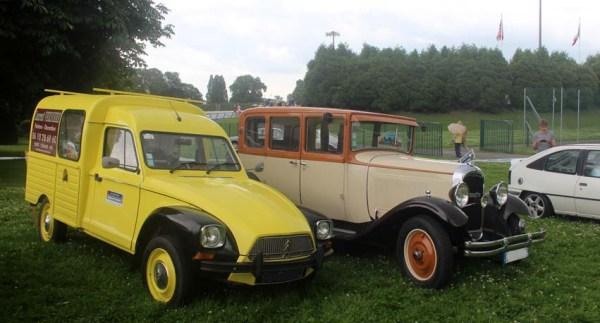...Tout de même quelques voitures présentes sur la pelouse !