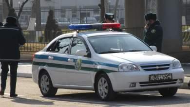 Инспектор ГАИ и сотрудники милиции в Ташкенте, Узбекистан возле служебной машины Chevrolet Lacetti