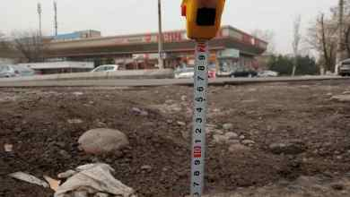 Разбитая дорога в Ташкенте - яма глубиной 7 сантиметров