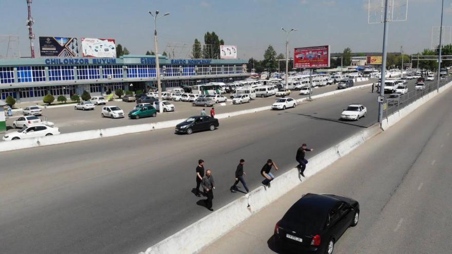 Пешеходы перебегают дорогу в Ташкенте возле Ипподрома
