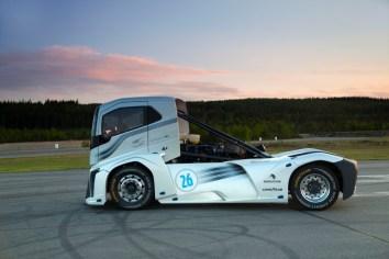 «The Iron Knight» de Volvo Trucks rompe récord mundial en velocidad con llantas Goodyear