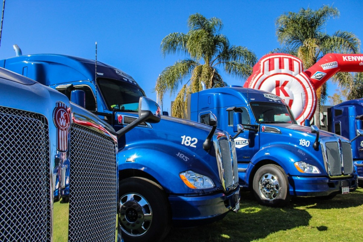Transportadora de Líquidos Azteca integra a su flota 20 unidades Kenworth