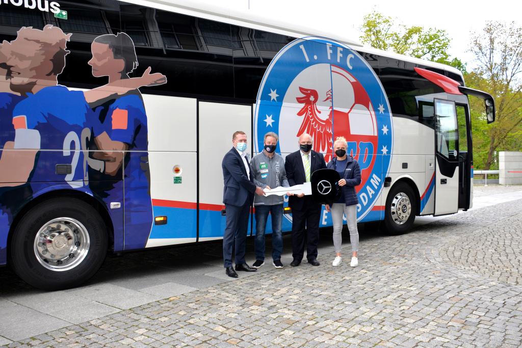 Equipo de futbol femenil estrena autobús Mercedes-Benz Tourismo en Alemania