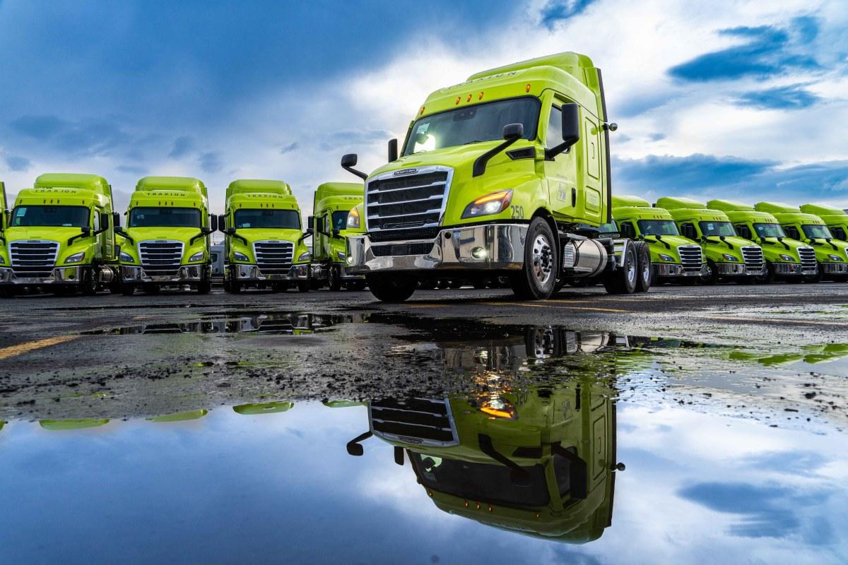 Adquiere Auto Express Frontera Norte 30 unidades Freightliner Cascadia