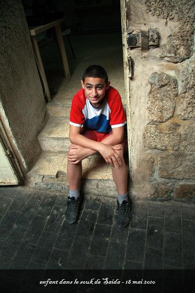 enfant dans le souk de Saïda - l'autre ailleurs au Liban, une autre idée du voyage