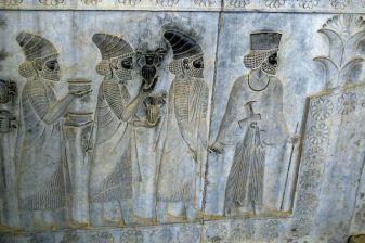 Bas relief sur le magnifique site de Persépolis près de Shiraz - l'autre ailleurs en Iran, une autre idée du voyage