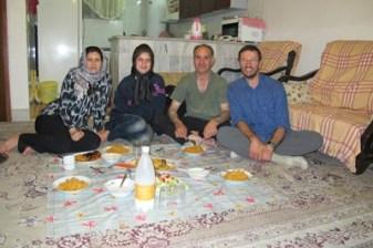 Dîner dans la famille de mon ami Shahram rencontré dans les rues d'Ispahan (Iran 2011) - L'autre ailleurs , voyager autrement. Voyager c'est aller vers un autre pays, une autre culture, un autre ailleurs. Le voyage ouvre l'esprit autant que le cœur, pour peu qu'on soit à l'écoute. Parce que le monde nous apprend tant sur lui et sur nous, lorsque nous le parcourons, j'aimerais partager ma modeste expérience et donner l'envie au lecteur de cet autre ailleurs. Thierry