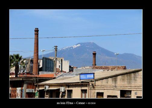 au loin l'Etna