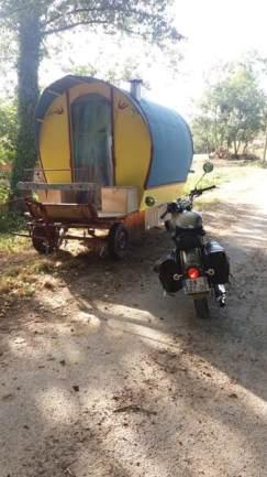 La roulotte d'Henri Dardé et notre moto