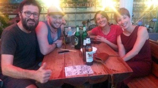 Noël en tee-shirt et en short avec Stéphanie et Léandre , une belle rencontre avec ces helvètes le soir de Noël au bar de notre hôtel (BMP residence)