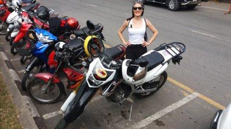Arrivée à Doi Suthep (notez les motos garées avec les casques, pas attachées)