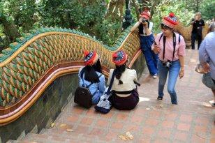 les marches pour quitter le temple de Doi Suthep