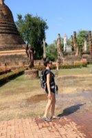 Laura et sa statue dans la cité antique de Sukhothaï