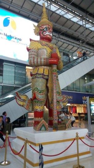attendant notre avion dans l'aéroport de Bangkok