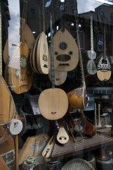 marchand d'instruments de musique dans le quartier Taxim à Istanbul