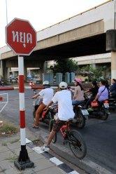 en attendant que passe le train à un passage à niveau à Ayutthaya