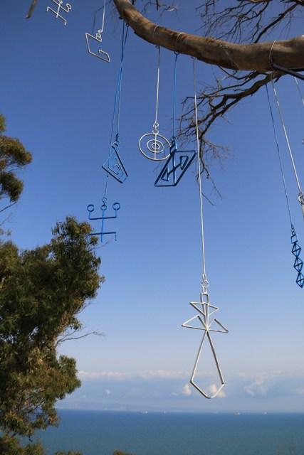 Mobiles de la paix sur un arbre à Sidi Bou Saïd