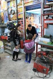 dans l'atelier du Centre National des Arts de la Marionnette avec Rahali et sa fille Fatima