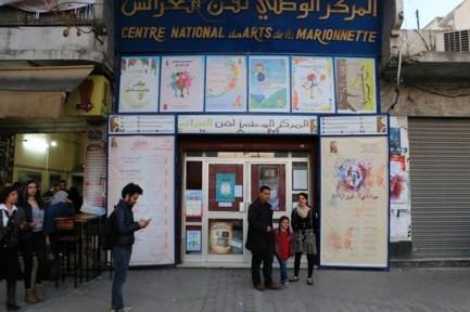 Le Centre National des Arts de la Marionnette depuis la rue avec Rahali et Fatima sa fille